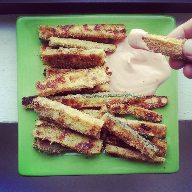 Baked Zucchini Fies with Greek Yogurt & Sriracha Dipping Sauce